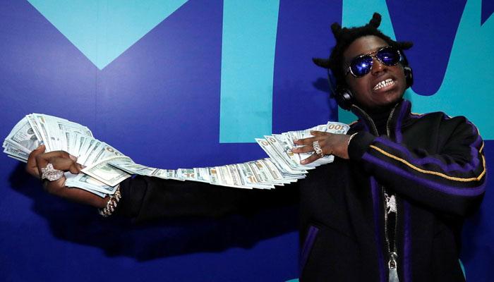 El rapero Kodak Black tira al mar miles de dólares en billetes de 100