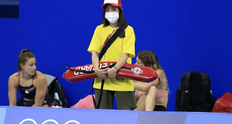 Cuando te sientas inútil piensa en la socorrista de la piscina olímpica
