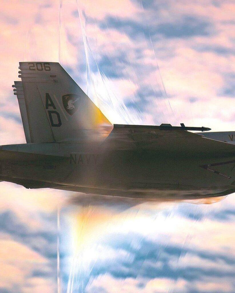 Fotografía de un avión de combate rompiendo la barrera del sonido