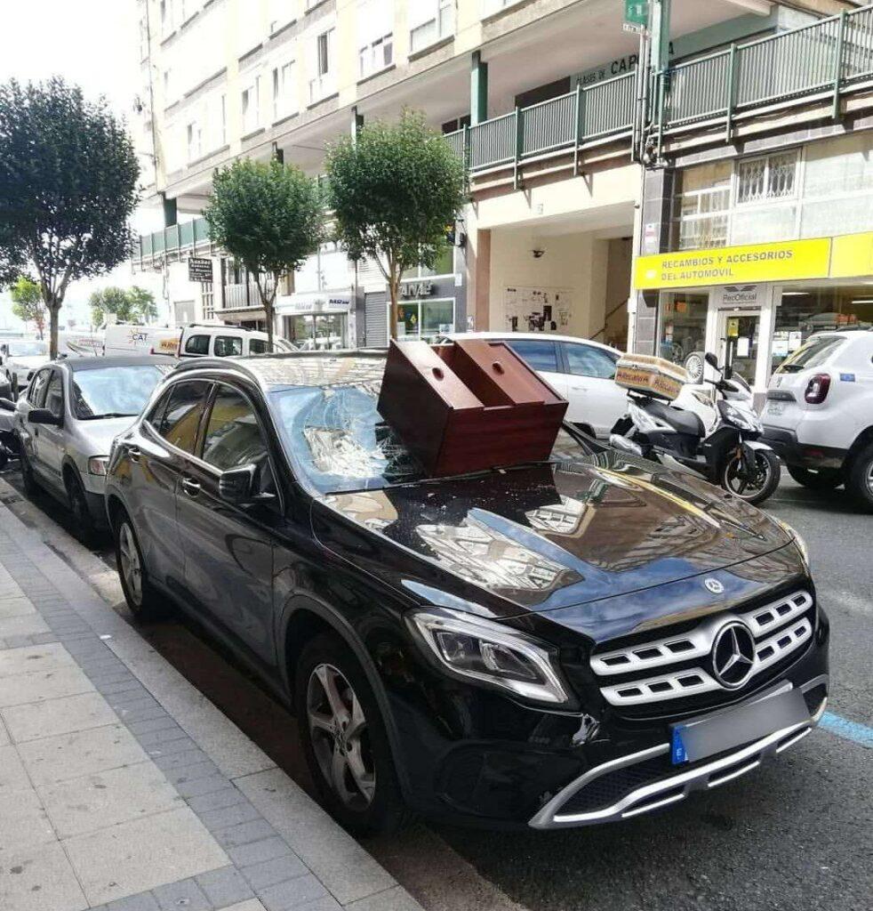 Santander: Una pareja discute y tiran una cajonera que cae encima de un Mercedes