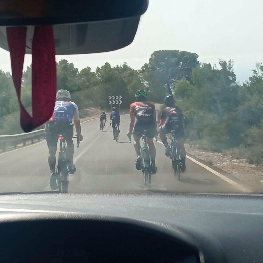 Elche, Alicante: Ciclistas circulan ocupando toda la carretera