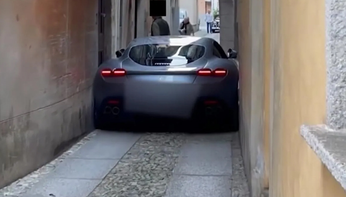 Un Ferrari Roma de 225.000 euros se queda encajado en un estrecho callejón en Italia