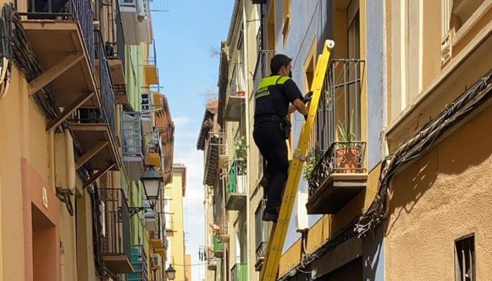 Una okupa llama a la Policía para que le abra la puerta de un edificio en Zaragoza