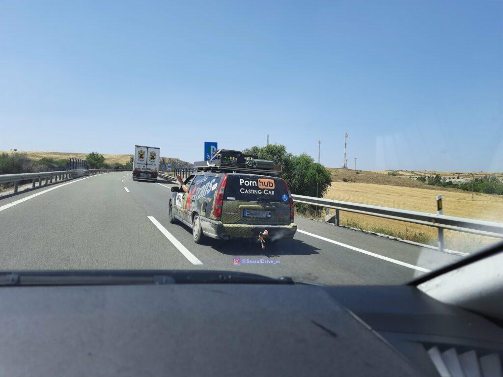 Guadalajara: El conductor de una empresa de transporte alemana conduciendo con una pierna por fuera de la ventanilla