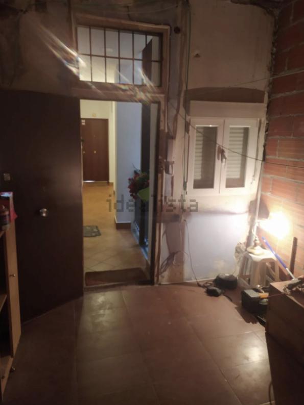 """Así es el inhabitable """"piso"""" de 20 metros en Madrid por 75.000 euros: a """"reformar"""" e """"ideal para invertir"""""""