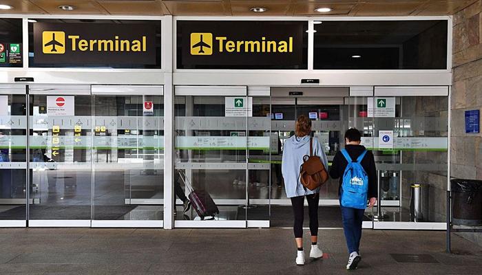 Sin poder volar a Londres desde Santiago por tener el test COVID en gallego