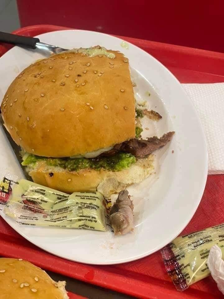 Una mujer encuentra un dedo humano en una hamburguesa en un restaurante de Bolivia que pertenecía a un empleado