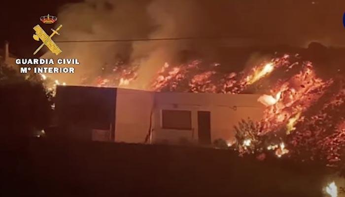 Imágenes de la Guardia Civil: Así arrasa la lava del volcán un casa en La Palma