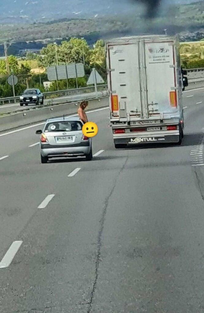 Girona, AP7: Mea por la ventanilla del coche