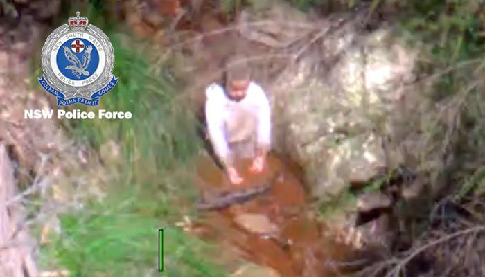 El momento exacto en que encontraron a un niño de 3 años que estuvo perdido durante 3 días en un bosque de Australia