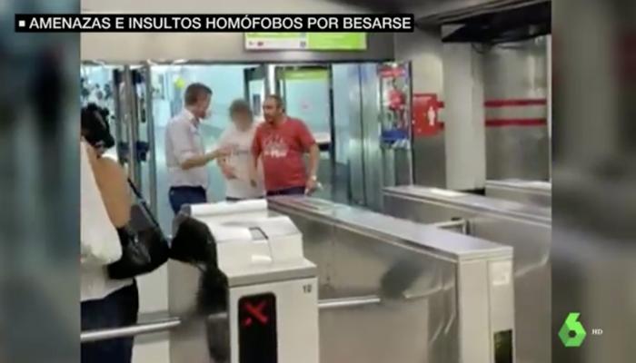 """Insultos homófobos a una pareja al darse un beso de despedida en el metro de Madrid: """"Tendría que daros vergüenza"""""""