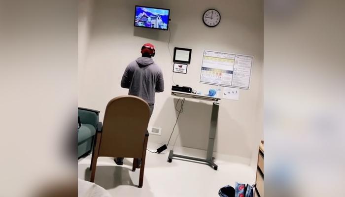 Una madre a punto de parir enseña cómo el futuro padre se lleva una Xbox para jugar en el hospital