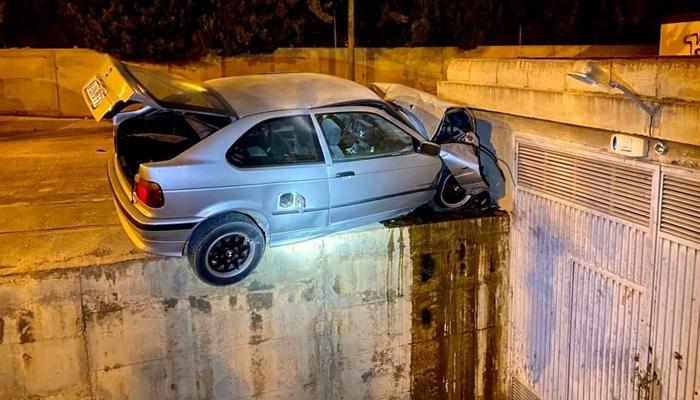 Una cámara de seguridad graba el final de una persecución policial en Elche. Ojo a cómo quedó el coche...
