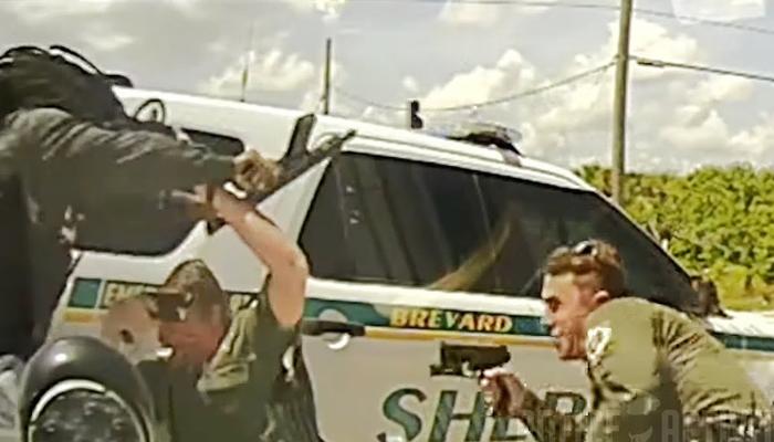 Durante un control de tráfico un tipo sale de la parte trasera de su coche con un rifle corto y empieza a disparar a los policías
