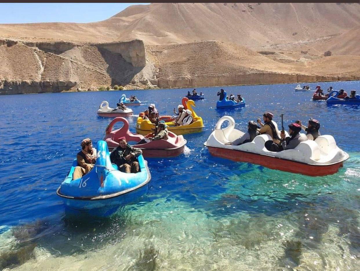 Soldados talibanes paseando en barcas por un lago en la provincia de Bamyan
