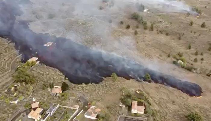 Algunas carreteras de La Palma se colapsan por vehículos que acuden a ver la erupción