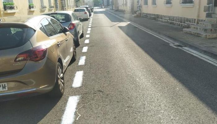 Pamplona: los vecinos del barrio de la Txantrea vuelven a pintar de blanco las rayas de la zona azul