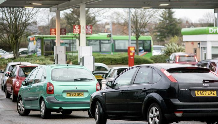 Una veintena de conductores persigue a un camión cisterna de cemento pensando que transporta gasolina en medio de la crisis de combustible en Reino Unido