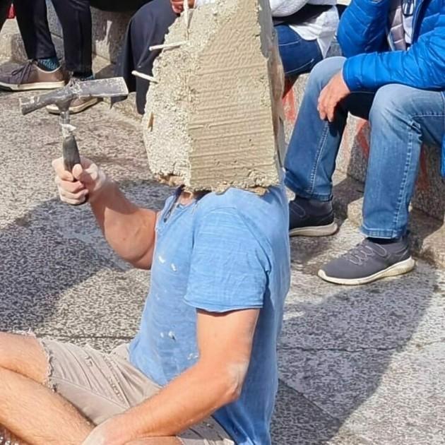 Viena: Un hombre se encementa la cabeza para hacer una performance delante de decenas de viandantes