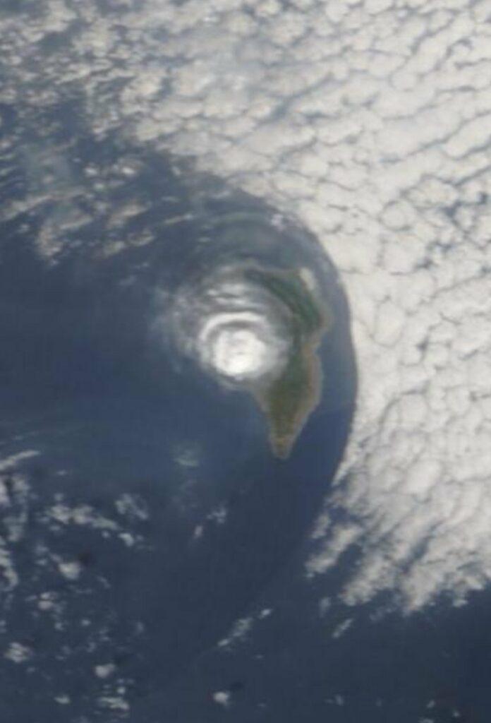 """Impresionante """"vórtice"""" de la columna eruptiva del volcán de La Palma"""